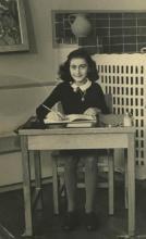 «AnneFrankSchoolPhoto» par Photographe inconnu; Collectie Anne Frank Stichting Amsterdam — Website Anne Frank Stichting, Amsterdam. Sous licence Domaine public via Wikimedia Commons - https://commons.wikimedia.org/wiki/File:AnneFrankSchoolPhoto.jpg#/med
